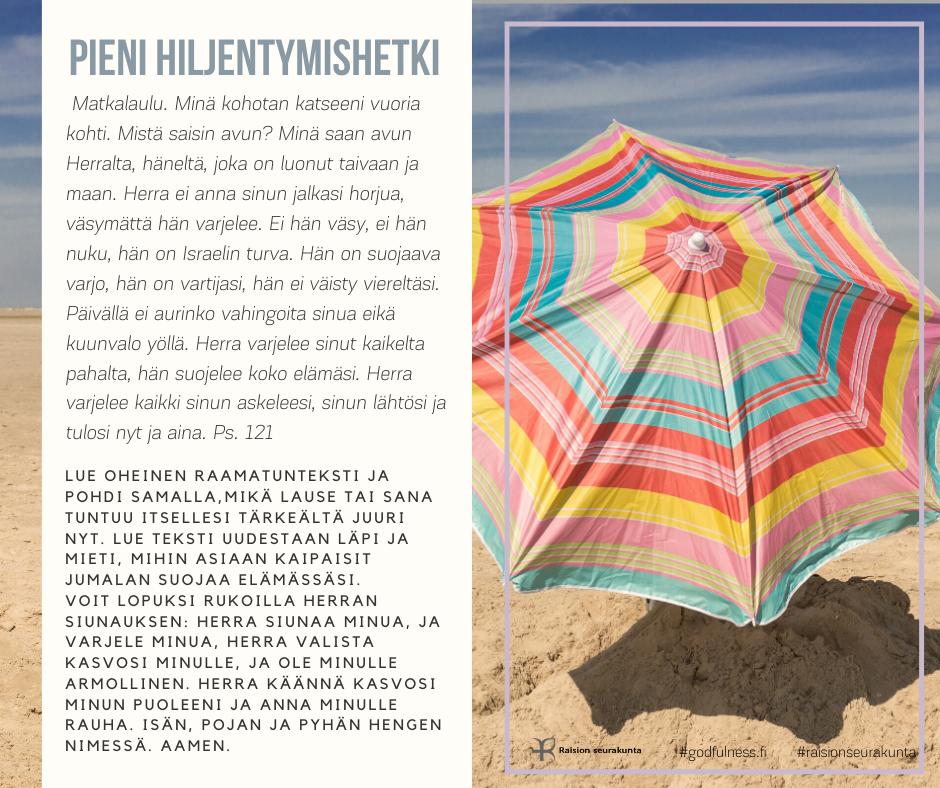 Puna-kelta-pinkki-turkoosi-valkoraitainen aurinkovarjo avattuna hiekalla.